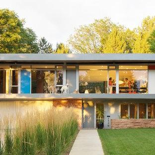 Immagine della facciata di una casa grigia moderna a due piani con tetto piano