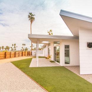 Idée de décoration pour une très grand façade de maison blanche vintage de plain-pied.