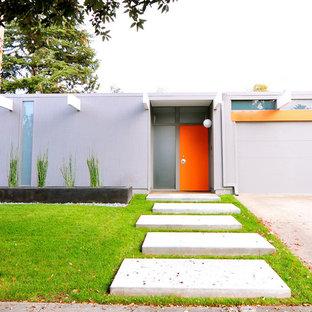 Cette photo montre une façade de maison grise rétro de plain-pied avec un toit plat.