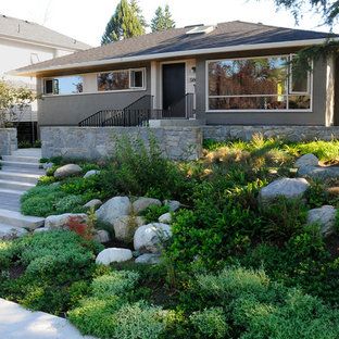 Mid-sized midcentury modern gray one-story stucco exterior home idea in Vancouver with a shingle roof