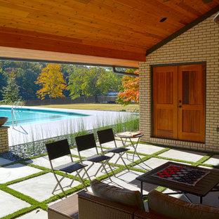 Diseño de fachada blanca, vintage, grande, de una planta, con revestimiento de ladrillo y tejado a dos aguas