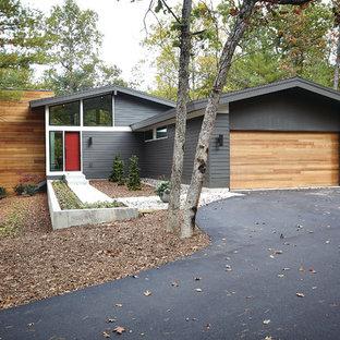 Ispirazione per la facciata di una casa moderna con rivestimento in legno e tetto a capanna