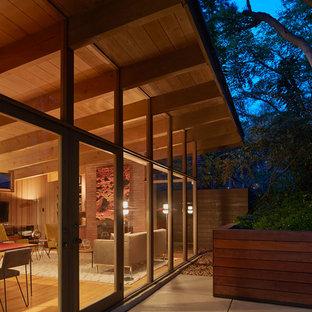 Ejemplo de fachada marrón, vintage, pequeña, de dos plantas, con revestimiento de madera