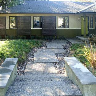 Modelo de fachada beige, vintage, de tamaño medio, de una planta, con revestimiento de estuco y tejado a cuatro aguas