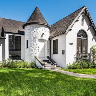 Inspiration för ett stort vintage vitt hus, med allt i ett plan, sadeltak och tak i shingel