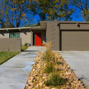 Idee per la facciata di una casa unifamiliare piccola marrone moderna a un piano con rivestimenti misti e tetto a una falda