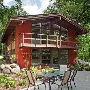 Modelo de fachada roja, vintage, de tamaño medio, de dos plantas, con revestimiento de madera y tejado a dos aguas