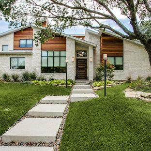 Идея дизайна: одноэтажный, бежевый частный загородный дом среднего размера в стиле ретро с облицовкой из камня и односкатной крышей