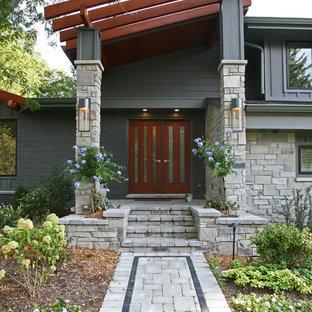 Inspiration för ett mellanstort 60 tals grått hus i flera nivåer, med blandad fasad, pulpettak och tak i shingel