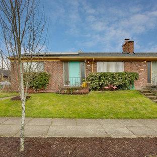 Foto de fachada de casa bifamiliar roja, vintage, de tamaño medio, de una planta, con revestimiento de ladrillo, tejado a dos aguas y tejado de teja de madera