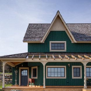 Imagen de fachada verde, de estilo de casa de campo, grande, de dos plantas, con revestimiento de madera y tejado a dos aguas