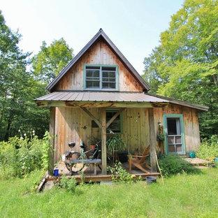 Idee per la facciata di una casa piccola beige rustica a due piani con rivestimento in legno