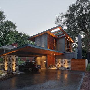 Неиссякаемый источник вдохновения для домашнего уюта: двухэтажный, серый частный загородный дом среднего размера в современном стиле с односкатной крышей и комбинированной облицовкой