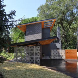 Zweistöckiges, Mittelgroßes, Graues Modernes Einfamilienhaus mit Mix-Fassade und Pultdach in Milwaukee