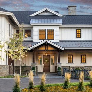 Diseño de fachada blanca, de estilo de casa de campo, de dos plantas, con tejado de varios materiales