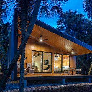 Идея дизайна: маленький, одноэтажный, разноцветный частный загородный дом в современном стиле с облицовкой из металла, односкатной крышей и металлической крышей