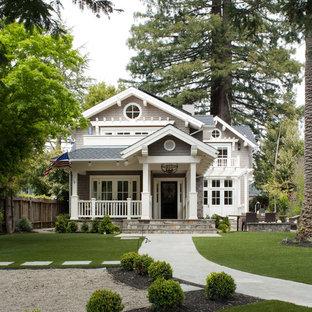 Ejemplo de fachada gris, clásica, de dos plantas, con revestimiento de madera