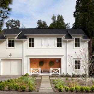 Modelo de fachada blanca, de estilo de casa de campo, de dos plantas