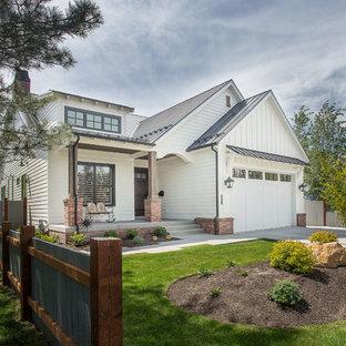 Idéer för mellanstora lantliga vita hus, med två våningar, vinylfasad, sadeltak och tak i metall