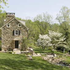 Farmhouse Landscape by Archer & Buchanan Architecture, Ltd.