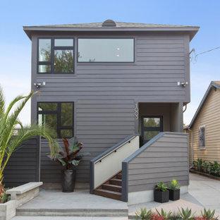 Idéer för ett modernt grått hus, med två våningar, valmat tak och tak i shingel