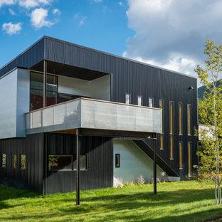 Esempio della facciata di una casa nera contemporanea a due piani con tetto piano