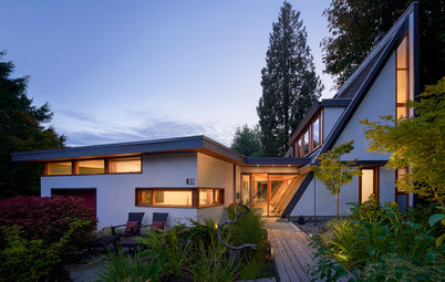 Houzz Tour: Glass, Timbers and Angles Shape Restored Wedge House