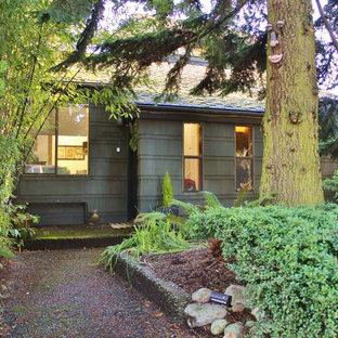 シアトルの中くらいのエクレクティックスタイルのおしゃれな家の外観 (木材サイディング) の写真