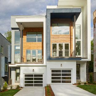 Стильный дизайн: двухэтажный, белый таунхаус среднего размера в современном стиле с комбинированной облицовкой и плоской крышей - последний тренд