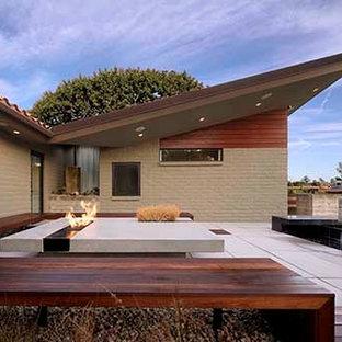 Modelo de fachada verde, minimalista, de tamaño medio, de una planta, con revestimientos combinados y tejado de un solo tendido