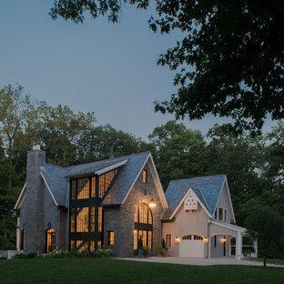 Cette photo montre une grand façade de maison grise chic à deux étages et plus avec un toit à deux pans et un toit en shingle.