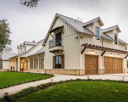 Zweistöckiges, Beigefarbenes, Großes Country Einfamilienhaus Mit  Satteldach, Blechdach Und Faserzement Fassade In