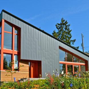 Создайте стильный интерьер: двухэтажный фасад дома среднего размера серого цвета в современном стиле с облицовкой из металла и односкатной крышей - последний тренд