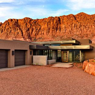 Свежая идея для дизайна: одноэтажный, коричневый частный загородный дом среднего размера в современном стиле с плоской крышей, комбинированной облицовкой и металлической крышей - отличное фото интерьера