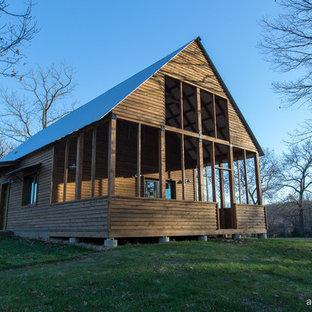 Bild på ett litet lantligt trähus, med två våningar och sadeltak