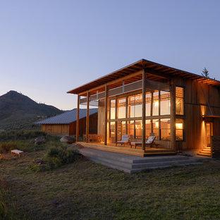 Inspiration för ett mellanstort rustikt brunt trähus, med två våningar och platt tak