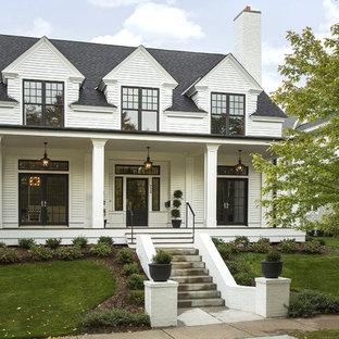 Inspiration för ett vintage vitt hus, med två våningar