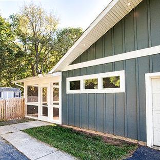 Inspiration pour une façade de maison verte vintage de taille moyenne et à un étage avec un revêtement en panneau de béton fibré, un toit à deux pans et un toit en shingle.