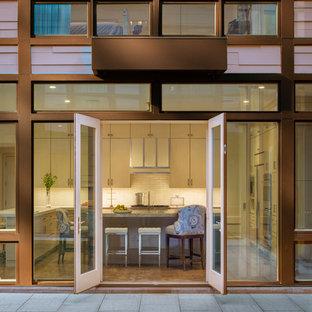 Imagen de fachada marrón, moderna, de tamaño medio, de dos plantas, con revestimiento de vidrio