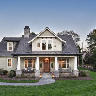 Cette image montre une façade de maison grise craftsman à un étage avec un toit mixte et un toit à deux pans.
