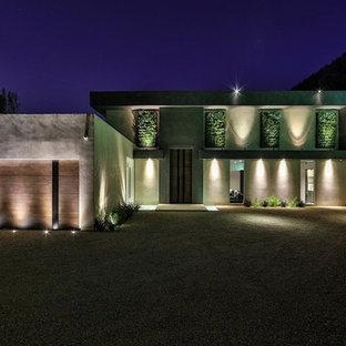 Ejemplo de fachada gris, moderna, de tamaño medio, de dos plantas, con revestimiento de hormigón y tejado plano