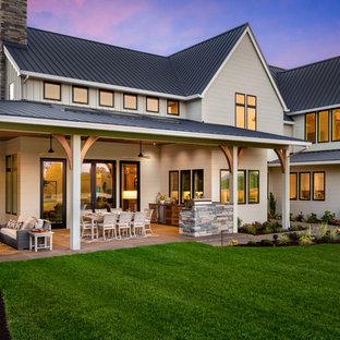 Modelo de fachada de casa gris, de estilo de casa de campo, extra grande, de dos plantas, con revestimiento de madera, tejado a dos aguas y tejado de metal