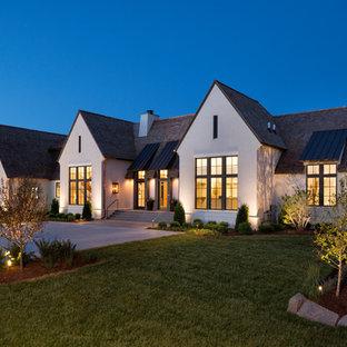 ミネアポリスのトランジショナルスタイルのおしゃれな家の外観 (漆喰サイディング、切妻屋根、戸建、板屋根) の写真