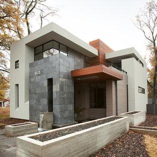 Стильный дизайн: двухэтажный дом среднего размера в стиле модернизм с комбинированной облицовкой - последний тренд