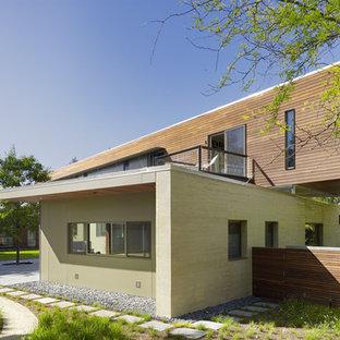 Diseño de fachada minimalista, de dos plantas, con revestimiento de madera