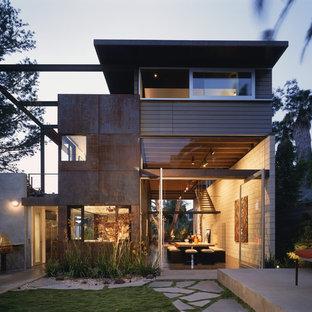 Ispirazione per la facciata di una casa industriale a due piani di medie dimensioni con rivestimento in metallo