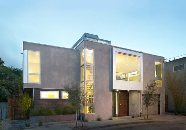 Stucco smooths modern home exteriors for Modern stucco house