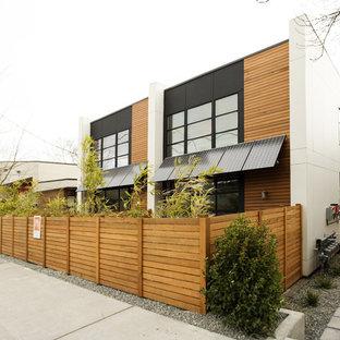 Immagine della facciata di una casa contemporanea con rivestimento in legno