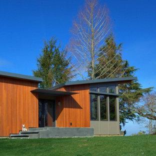 Foto della facciata di una casa moderna con rivestimento in legno