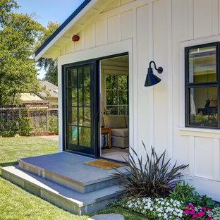 Inspiration för ett litet lantligt vitt hus, med allt i ett plan, valmat tak och tak i metall